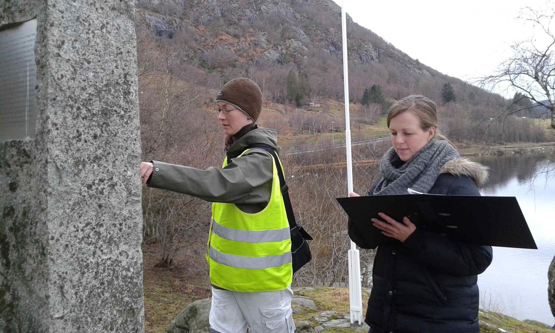 Skulpturkonservator Joanna Hench og Janne Weisser fra Sandens kommune på befaring. Foto: Kristel Talv